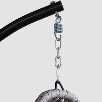 Fauteuil suspendu Uovo en résine tressée beige chiné et coussin épais gris clair, loveuse suspendue